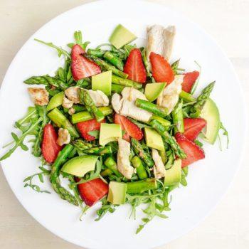 rucola salat mit mct-öl dressing erdbeeren und spargel